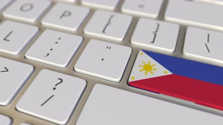 иммиграция : Key with flag of Philippines on the computer keyboard switches to key with flag of France, translation or relocation related animation Стоковые видеозаписи