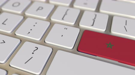 deslocalização : Key with flag of Morocco on the computer keyboard switches to key with flag of France, translation or relocation related animation Stock Footage