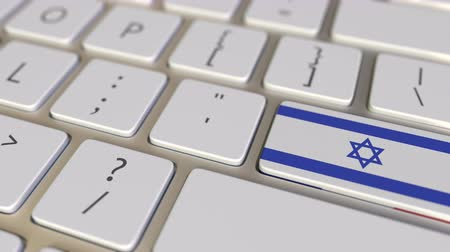 İbranice : Key with flag of Israel on the computer keyboard switches to key with flag of France, translation or relocation related animation Stok Video