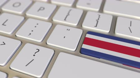 deslocalização : Key with flag of Costa Rica on the computer keyboard switches to key with flag of France, translation or relocation related animation