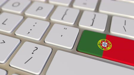 traduzione : Key with flag of Portugal on the computer keyboard switches to key with flag of China, translation or relocation related animation