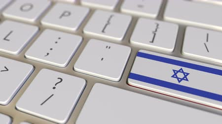 İbranice : Key with flag of Israel on the computer keyboard switches to key with flag of China, translation or relocation related animation Stok Video