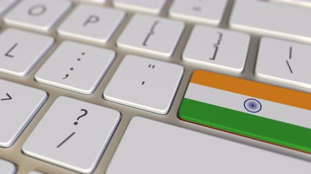 národní vlajka : Key with flag of India on the computer keyboard switches to key with flag of China, translation or relocation related animation