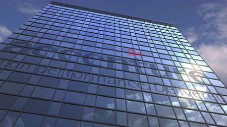 odrážející : Logo of ACCENTURE on a media facade with reflecting cloudy sky, editorial animation
