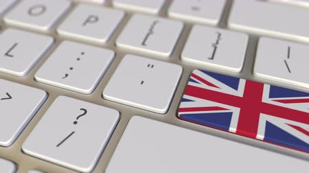 immigratie : Key with flag of Great Britain on the computer keyboard switches to key with flag of China, translation or relocation related animation
