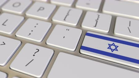 İbranice : Key with flag of Israel on the keyboard switches to key with flag of Germany, translation or relocation related animation Stok Video