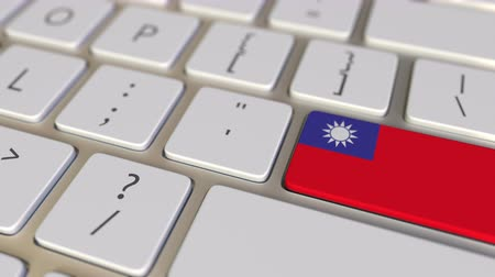 иммиграция : Key with flag of Taiwan on the computer keyboard switches to key with flag of Germany, translation or relocation related animation