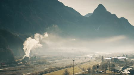 venenoso : Air polluting facility in the river valley, northern Italy