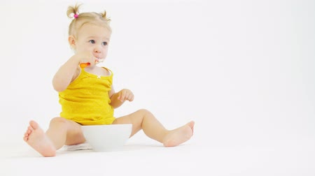 tayın : Little baby girl eats her oatmeal with fruit Stok Video