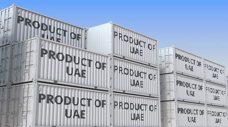 lager : Container mit PRODUCT OF UAE-Text in einem Containerterminal, wiederholbare 3D-Animation
