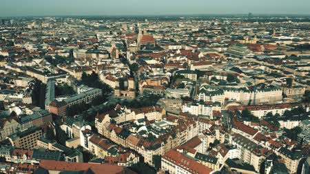 münchen : Munich, the capital and most populous city of Bavaria in Germany. Aerial establishing shot