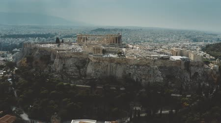 復元する : Aerial shot of ancient Acropolis, the main landmark of Athens and Greece