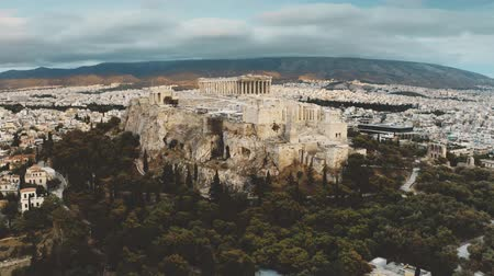 акрополь : Parthenon temple on famous Acropolis within cityscape of Athens, aerial view