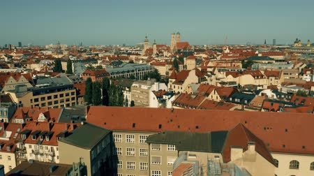 münchen : Low altitude aerial shot of Munich. Flight towards historic center. Germany
