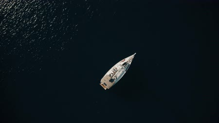 visszavonulás : Aerial top down view of unknown people relaxing on a sailing yacht at sea