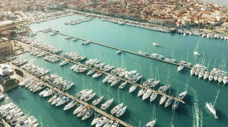 海港 : Aerial view of sailing yachts in marina. Lefkas, Greece
