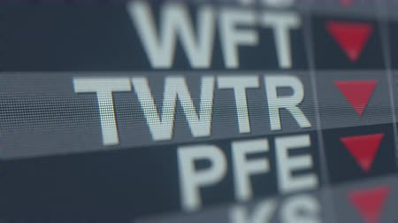 価値 : Stock exchange ticker of TWITTER TWTR with decreasing arrow. Editorial crisis related loopable animation