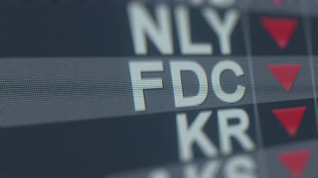 úpadek : Stock exchange ticker of FIRST DATA CL A FDC with decreasing arrow. Editorial crisis related loopable animation
