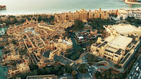 holiday villa : DUBAI, UNITED ARAB EMIRATES - DECEMBER 25, 2019. Aerial view of crowded luxury Madinat Jumeirah the Arabian Resort Stock Footage