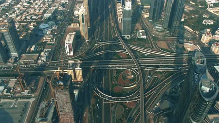 симметричный : Aerial hyperlapse of a major city highway interchange traffic. Dubai, UAE