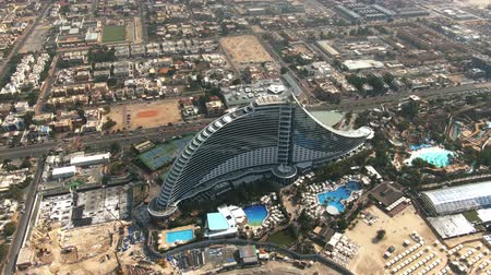 convidado : DUBAI, UNITED ARAB EMIRATES - JANUARY 2, 2020. Aerial shot of luxury Jumeirah Beach Hotel Vídeos
