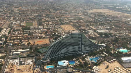 invité : DUBAI, UNITED ARAB EMIRATES - JANUARY 2, 2020. Aerial view of the seafront Jumeirah Beach Hotel Vidéos Libres De Droits