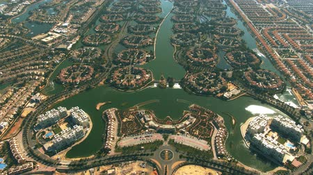 резидент : Aerial view of luxury Jumeirah Islands and Jumeirah Park communities in Dubai, United Arab Emirates UAE