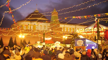 посетитель : MOSCOW, RUSSIA - JANUARY 3, 2020. Crowded famous Red Square decorated for New Year and Christmas Стоковые видеозаписи