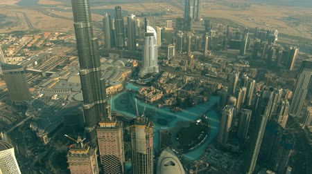 посетитель : DUBAI, UNITED ARAB EMIRATES - DECEMBER 30, 2019. Aerial shot of downtown area including famous Burj Khalifa and Dubai Mall