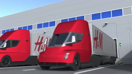 ímã : Electric trailer trucks with H&M logo being loaded or unloaded at warehouse. Logistics related loopable 3D animation