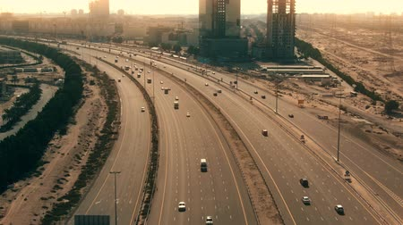 レーン : Aerial view of a big bent highway in Dubai, UAE
