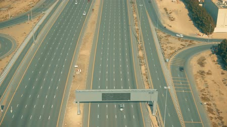 автомагистраль : Aerial shot of a wide modern highway in Dubai, United Arab Emirates