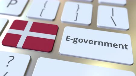 danimarka : E-government or Electronic Government text and flag of Denmark on the keyboard. Modern public services related conceptual 3D animation Stok Video