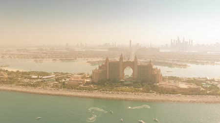 отель : DUBAI, UNITED ARAB EMIRATES - DECEMBER 28, 2019. Aerial view of Atlantis The Palm luxury hotel and famous Palm Jumeirah island