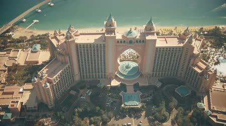 отель : DUBAI, UNITED ARAB EMIRATES - DECEMBER 28, 2019. Aerial shot of the famous Atlantis The Palm luxury hotel