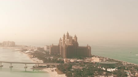 отель : DUBAI, UNITED ARAB EMIRATES - DECEMBER 28, 2019. Atlantis The Palm hotel, aerial view