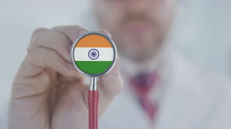diagnóstico : Doctor listening with the stethoscope with flag of India. Indian healthcare