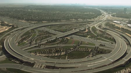 navigatie : Aerial view of the big green highway interchange near the Arabian Ranches area in Dubai, UAE