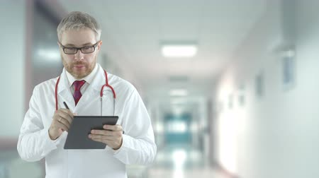 laboratorium : Doctor fills out checklist in the tablet. Shot on Red camera