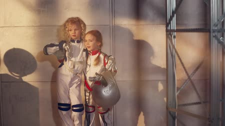 kostüm : Two young girls astronauts Stok Video