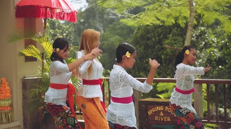 kultúra : Balinese women teaching tourist dancing
