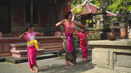 bennszülött : Balinese woman teaching girls how to dance Stock mozgókép