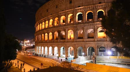 imparatorluk : Glimpse of the Colosseum at night, in Rome illuminated by artificial light
