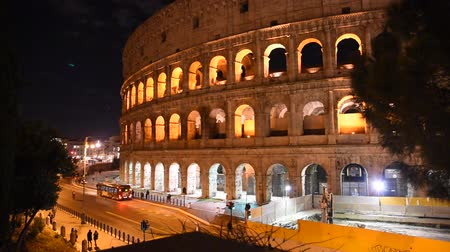 amfiteátr : Glimpse of the Colosseum at night, in Rome illuminated by artificial light