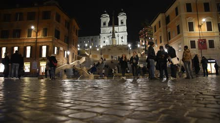 turisták : Rome Trinit? dei Monti church, spanish steps and realism video in the early morning
