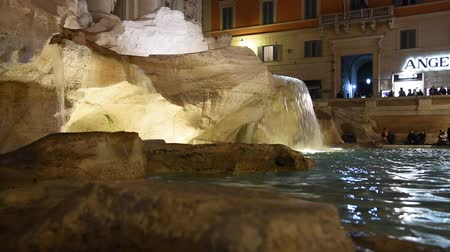 vytesaný : Trevi Fountain surrounded by tourists, evening shooting in Rome