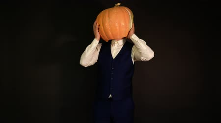 hloupý : carved pumpkin. pumpkin-headed man twists his head 360 degrees. Halloween concept. Dostupné videozáznamy