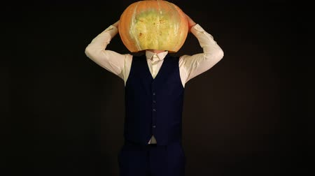 резной : carved pumpkin. pumpkin-headed man twists his head 360 degrees. Halloween concept. Стоковые видеозаписи