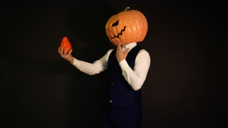 hloupý : pumpkin-headed man speaks with his friend a pumpkin.carved pumpkin. Halloween concept. Dostupné videozáznamy