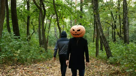 острый : Halloween A pumpkin-headed man gets in the woods. He pulls out a knife and runs after the victim.